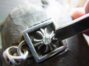 毛彫りタガネで銀を彫って爪を作ります。