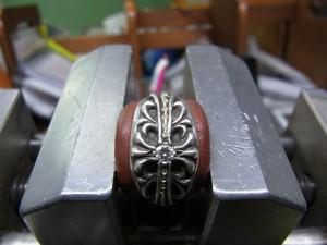 ダイヤより少し小さいドリルで下穴を開けます。