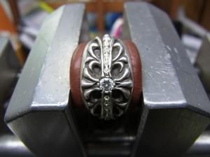 ダイヤモンドと同じ直径のドリルで削りながら石の高さも均等にします。