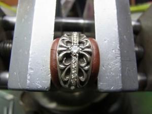 ダイヤを乗せ、タガネで銀を彫り起こして固定します。