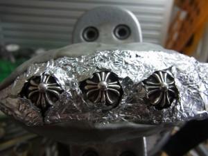革の部分をアルミホイルでカバーします。