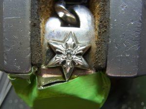 タガネで銀を掘り起こして固定します。