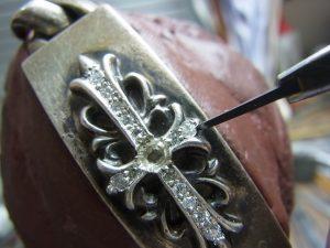 タガネで銀を彫って爪を起こします。