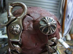 金具の部分を彫刻台に固定します。