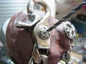ダイヤと同じ直径のドリルで石合わせをします。