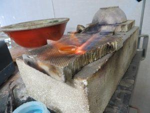 バーナーで、シルバーを加熱します。