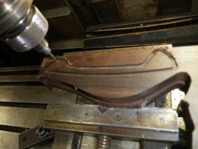 フライスのような機械で黒檀を削ります。