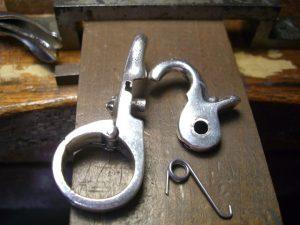 錆びにくい金属でバネを作ります。
