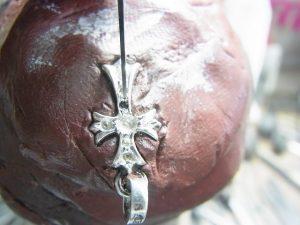 ブラックダイヤを乗せてタガネで固定します。