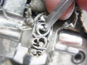 太くなっているモチーフをタガネで削ります。