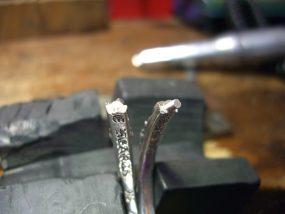 折れた部分に銀の芯を差し込みます。