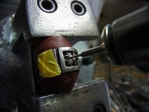 ダイヤより細いドリルでまずは下穴を開けます。