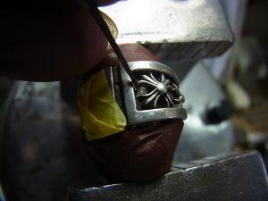 タガネでダイヤを固定します。
