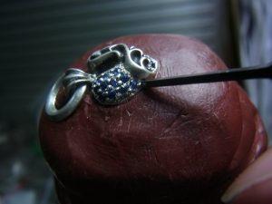 毛彫りタガネで爪を彫ります。