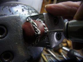 打ち込んだポンチをガイドにして下穴を開けます。