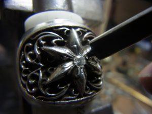 タガネで周囲のシルバーを彫って爪を作ります。