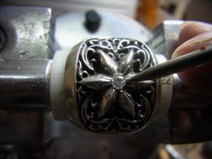 ナナコタガネで爪を丸めて完成です。