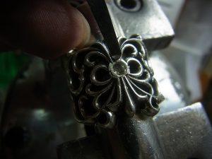 タガネで彫って爪を起こします。