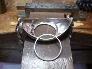 時計のガラスが傷付かないように、銀のパーツを作ります。
