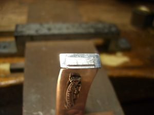 糸ノコで切断した跡です。この出っ張りはヤスリで削ります。