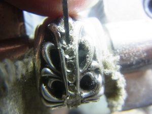 タガネで爪になる部分を彫っておきます。