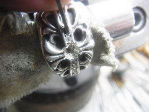 タガネで爪を彫りながら石を固定します。
