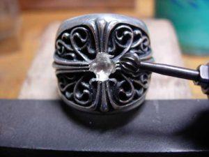 円形のカッターで石合わせをします。