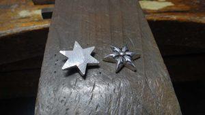 スターモチーフを糸ノコで真っ二つにします。