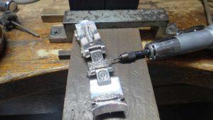 パーツの位置を変更するためドリルで芯を削り取ります。
