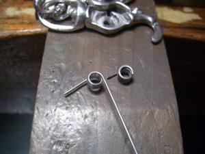 バネ完成、右側が折れたパーツです。