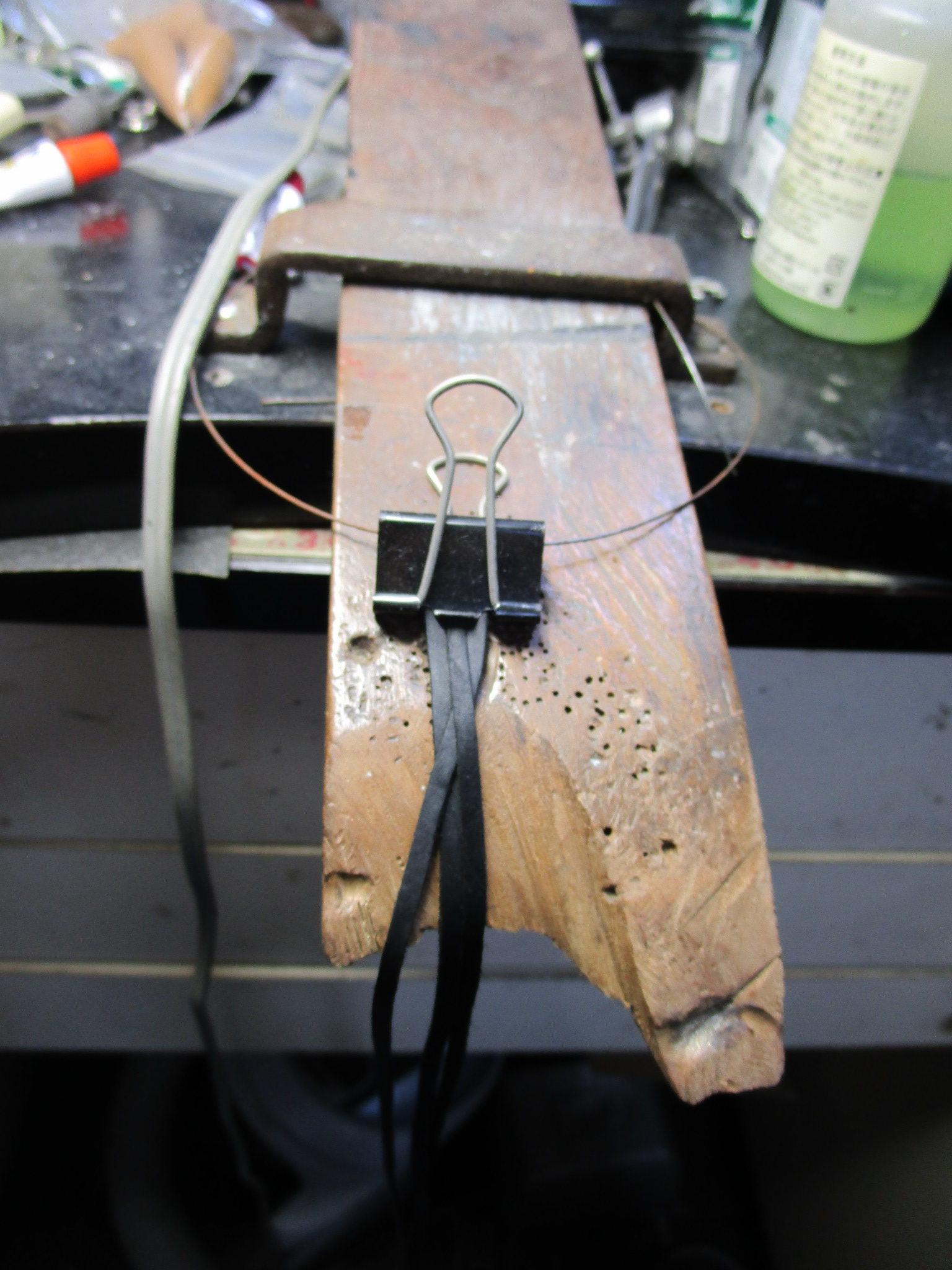 革紐を3本並べてクリップで固定します。