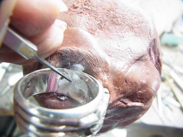 内部刻印をタガネで彫り直します