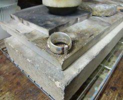 スキマに銀を挟んで、ロウ付けします。