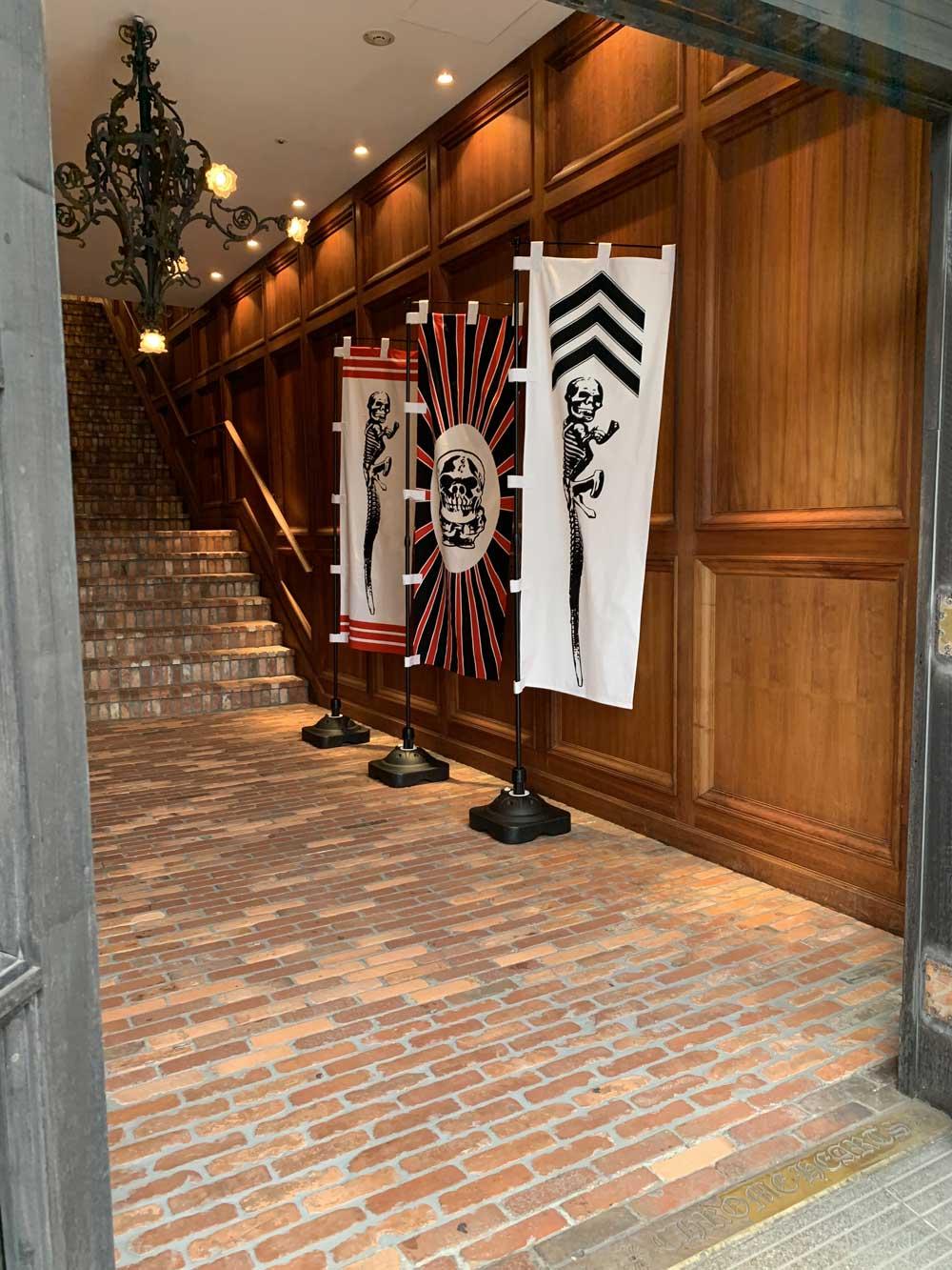 クロムハーツ大阪の店内にのぼりが立っています。
