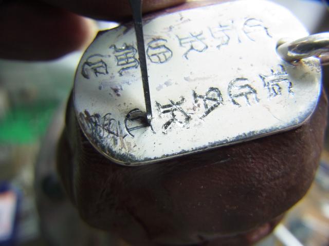 タガネで文字を深く彫り直します。