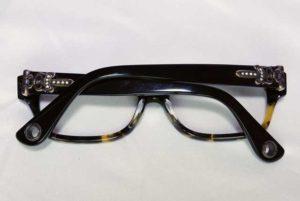 カスタム前のメガネ。シルバーが黒変しています;