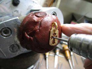 ソロバン型のカッターでダイヤが入るように削ります