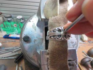 ナナコタガネで爪を丸めます