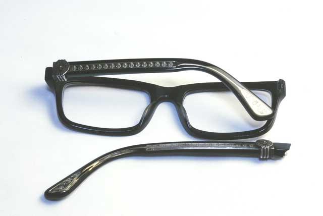 修理前のクロムハーツメガネです