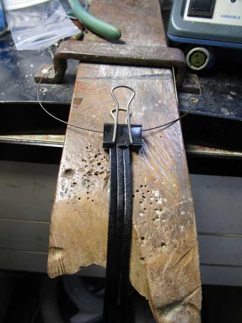 革紐3本をクリップで挟みます
