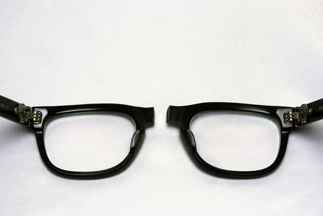 クロムハーツのメガネを落としてしまい、真ん中から割れてしまいました。