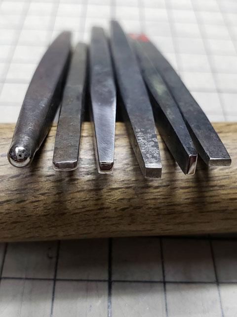 タガネは、先端を様々な形状に削って使い分けます。