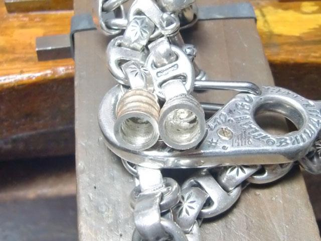 真鍮部分を削り取ります。