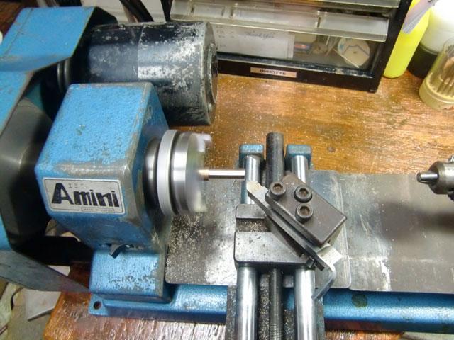 旋盤で真鍮を削ります。