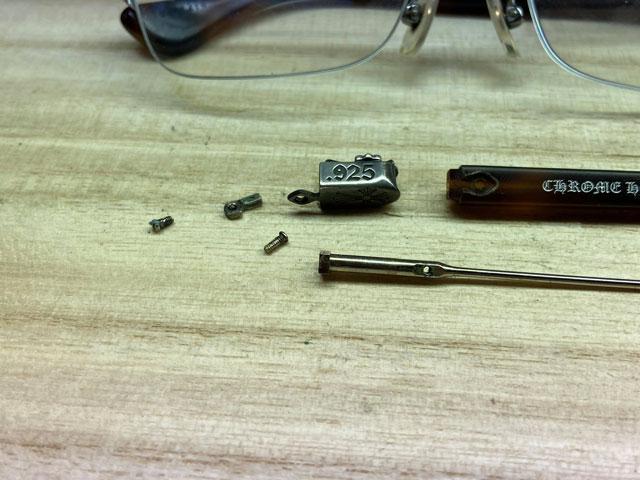 修理を行うために右テンプルを全て分解します。