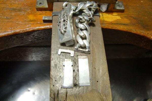 クロムハーツ フローラルクロスIDブレスレットの金具を修理しました。
