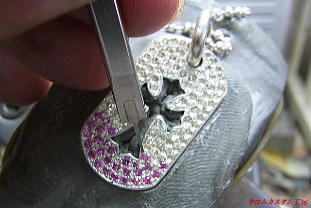宝石を置いて、毛彫りタガネで爪を起こします。