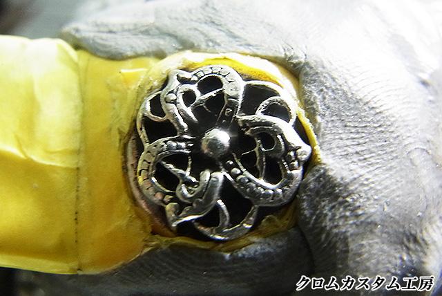 革の部分をビニールテープで巻いて保護して、モデリングに固定します。