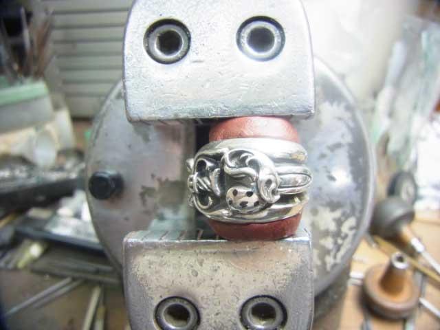 彫刻台に固定して、油性のマジックで印を付けます。