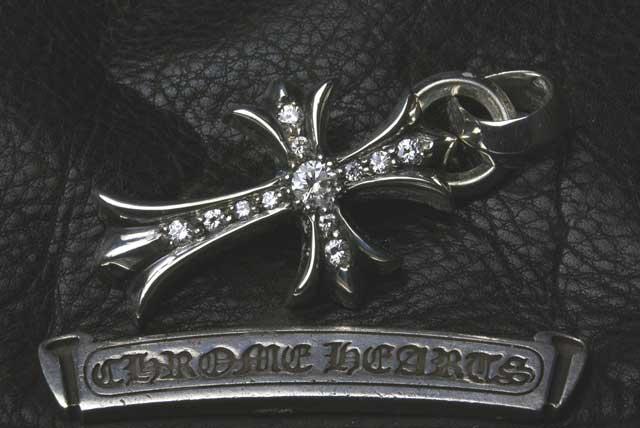 クロスペンダントにダイヤをパヴェカスタムしました。